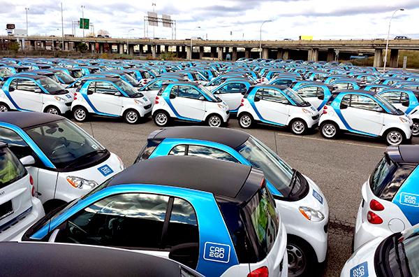 Les 250 Smart dans un stationnement dans le Rond Point Décarie.
