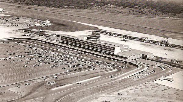 Aéorport de Dorval, seul dans ses champs.