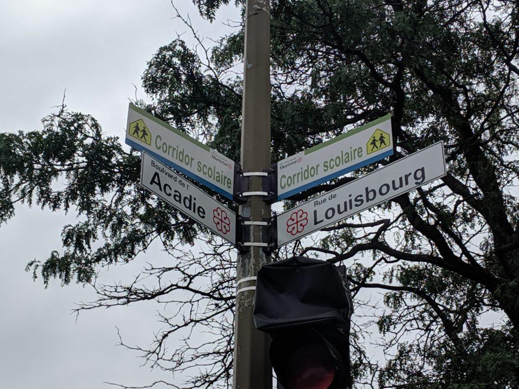 L'intersection du boulevard de l'Acadie et de la rue Louisbourg