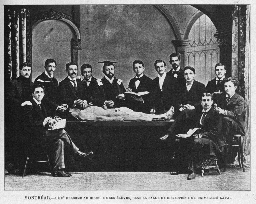 Dr Delorme et étudiants dans la salle de dissection de l'université Laval à Montréal