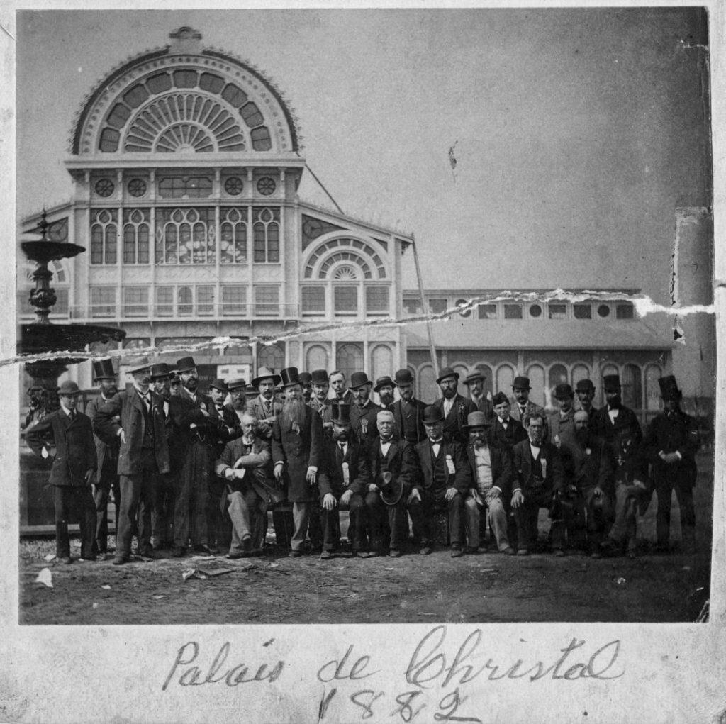 Groupe devant le Palais, 1882