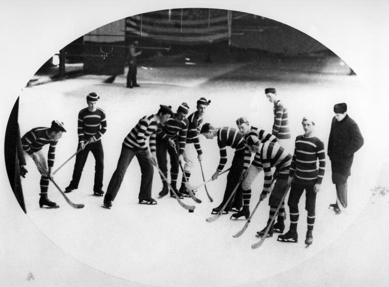 Première photo d'une équipe de Hockey en uniforme