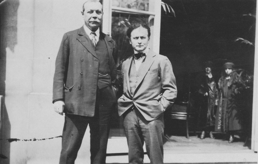 Sir Arthur Conan Doyle et Harry Houdini en 1923