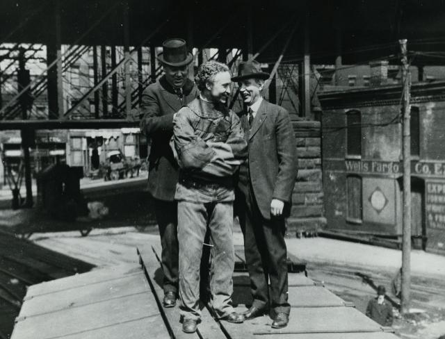 Houdini se préparant pour un évasion publique, Cleveland, 1915