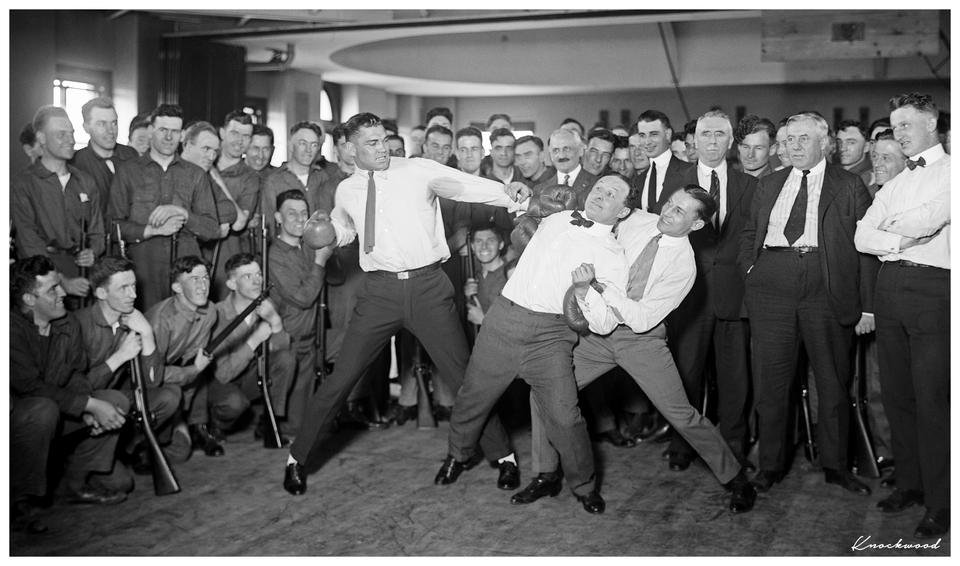 Le boxeur Jack Dempsey et Harry Houdini posant pour la photo, 1920.