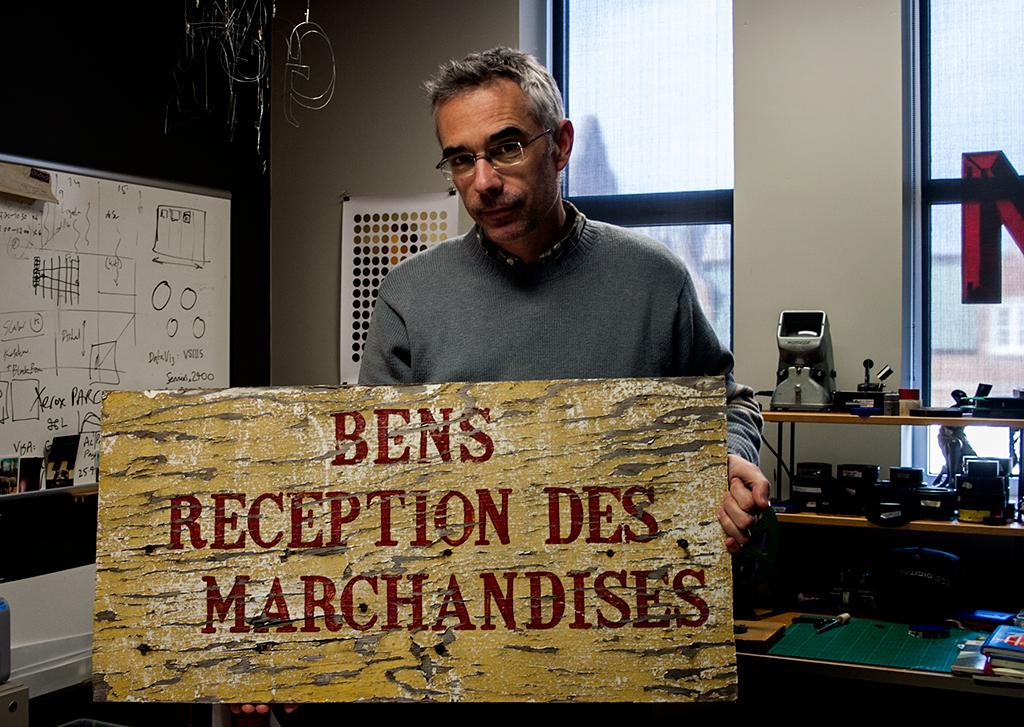 Dr Matt Soar avec une des enseignes extérieures du Ben's Déli.