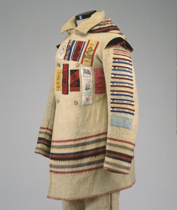 Exemple de capote de raquetteur avec les rubans de victoire attachés à l'uniforme. Photo: Musée McCord.