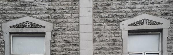 Les fenêtres portent les initiales P et B pour Papineau et Bourassa.