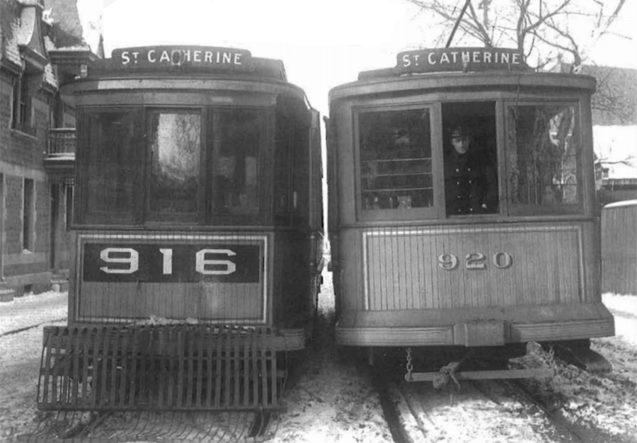 deux tramway sur la rue ste-Catherine
