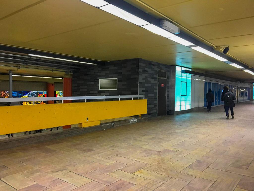 La passerelle fermée de la station McGill où se trouvait la bibliothèque.