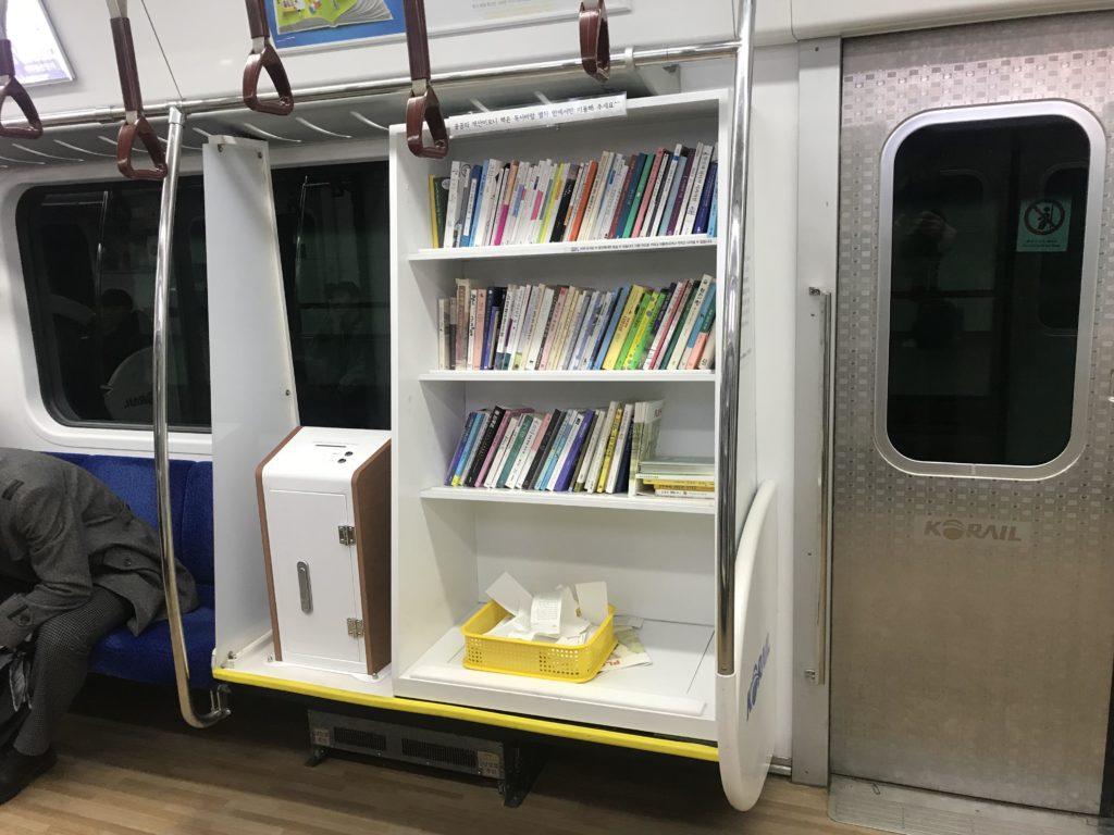 Bibliothèque dans un train du Métro de Séoul.