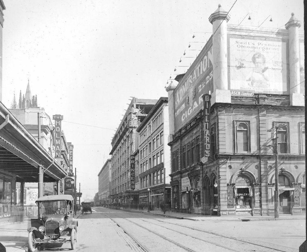 La rue Ste-Catherine montrant le théatre Princess en 1921