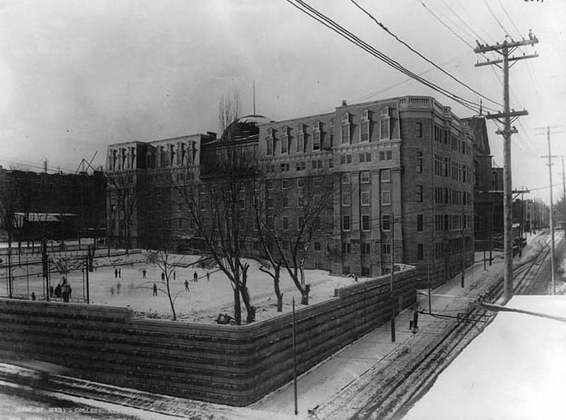 Le Collège des Jésuites Sainte-Marie rue Bleury. Aujourd'hui, le terrain vide appartient à SNC-Lavalin et il ne reste que les murs de pierres grises
