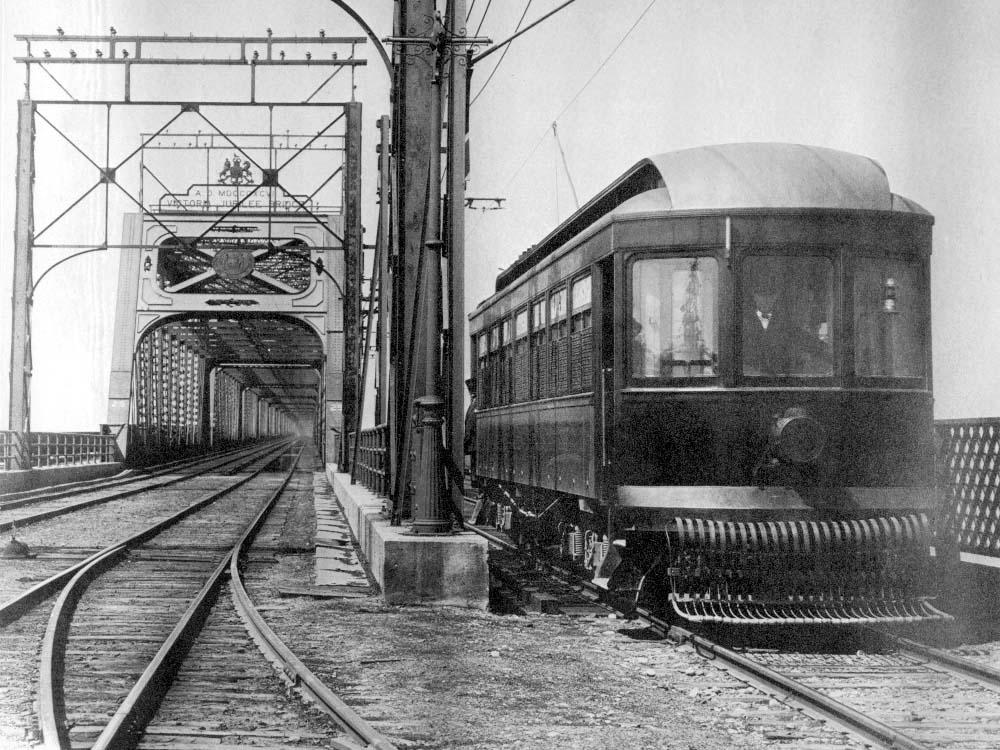 Le tram arrivant du côté de Saint-Lambert.
