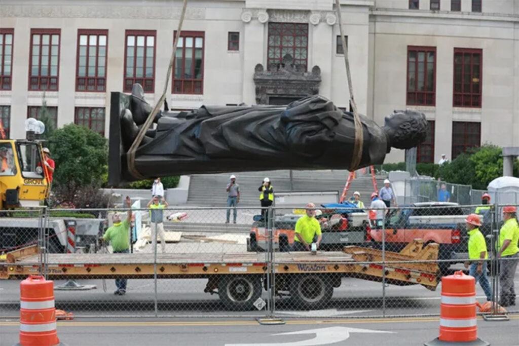 l'enlèvement de la statue de Christophe Colomb des terrains de l'hôtel de ville de la ville de Colombus en Ohio, 2020